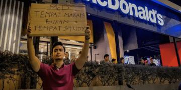 """""""McD Bukan Tempat Belajar!"""" Netizen Suarakan Tidak Puas Hati Pelajar Jadikan Restoran Segera Perpustakaan Mereka."""
